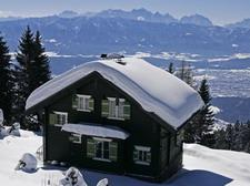 ...uriges Alpenhaus, in Top-Skiregion, mit Terrasse, allem Komfort & Badeplatz am See.