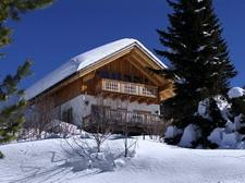 ...komfortables Haus, ruhig gelegen, in Top-Skiregion, mit Terrasse & Badeplatz am See.