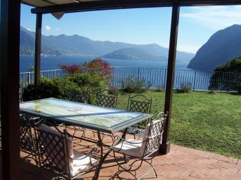 Lovely holiday house with wonderful view by the lake Iseo