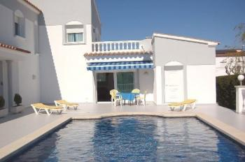 Villa Olga am Kanal mit Pool in Empuriabrava