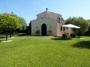 Luxury villa near the beach, Mediterranean garden, location Fontane Bianche